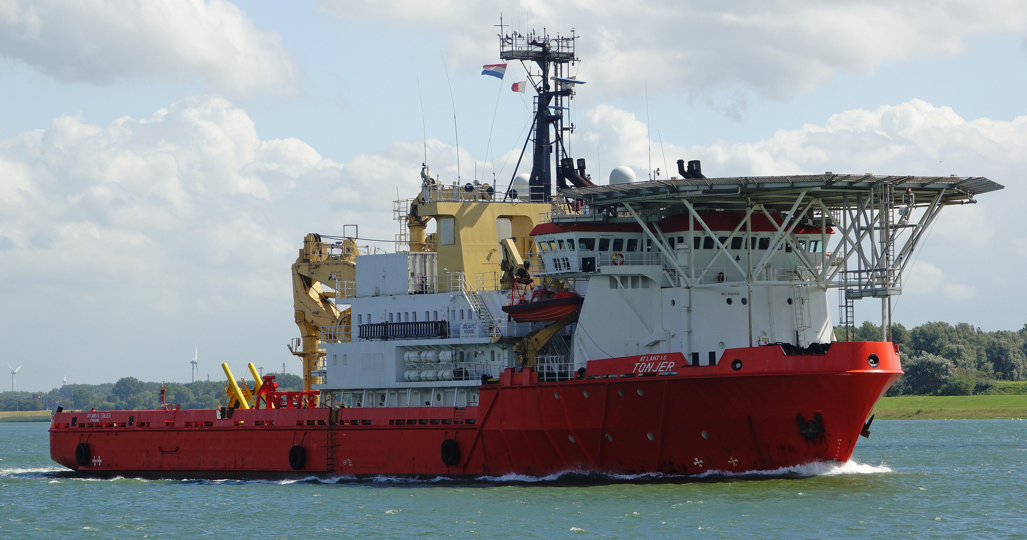 Schepen bereiden zich op zee voor om containers te bergen