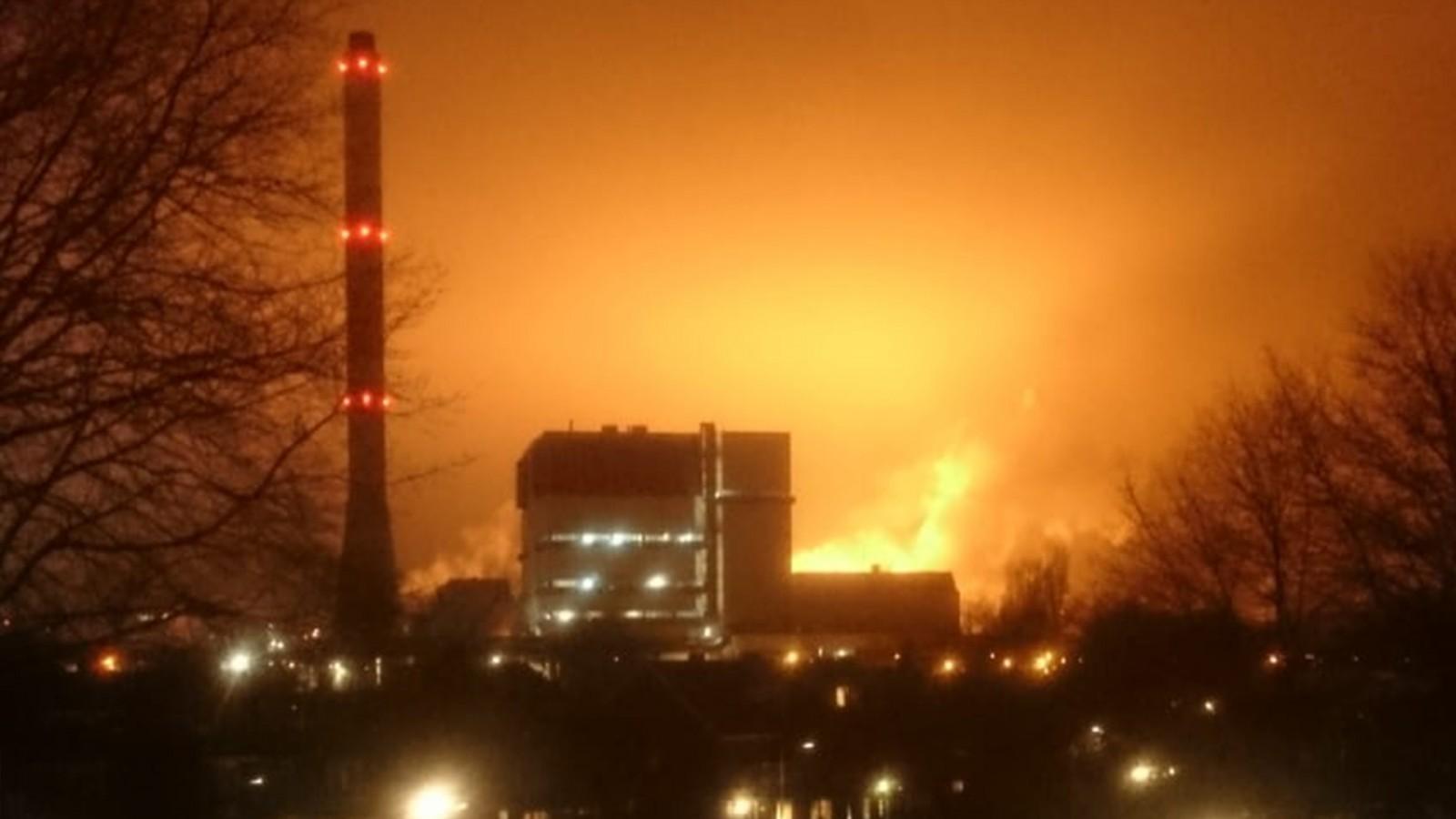 Tata Steel 'spuwt vuur' na explosie: lucht boven IJmond kleurt oranje